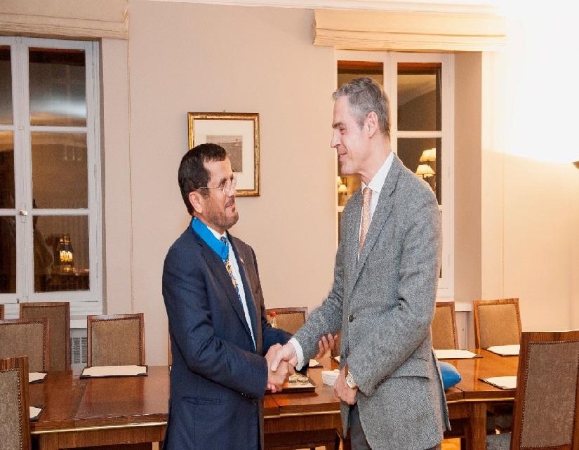 الرئيس الفرنسي يمنح سفير الدولة بباريس وسام جوقة الشرف برتبة قائد