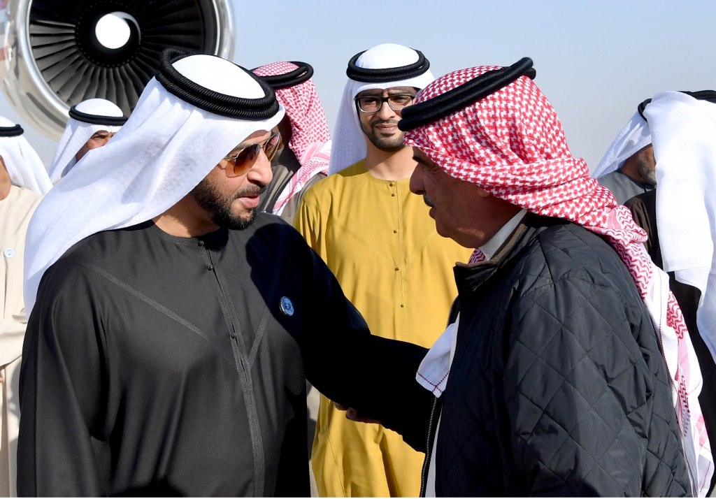 الملك حمد بن عيسى يصافح الشيخ حمدان بن زايد آل نهيان