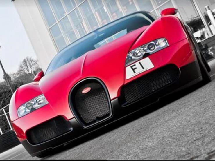 المليونير البريطاني بجوار لوحة السيارة المعروضة للبيع