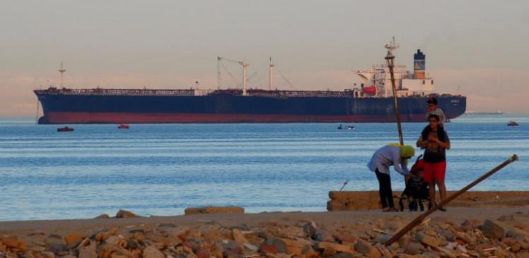 سفينة حاويات تمر عبر قناة السويس