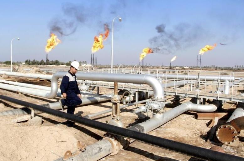 عامل في حقل للنفط في العراق