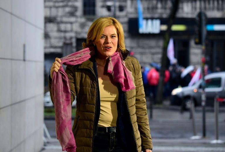 جوليا كلوكنر القيادية في الاتحاد المسيحي الديموقراطي بزعامة ميركل اثناء وصولها الى مقر المحادثات مع الحزب الاشتراكي الديموقراطي في برلين