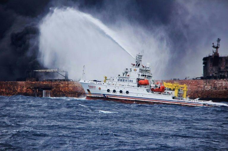 سفينة صينية لمكافحة الحرائق تطلق رغاوي على الناقلة الايرانية المشتعلة في بحر الصين الشرقي