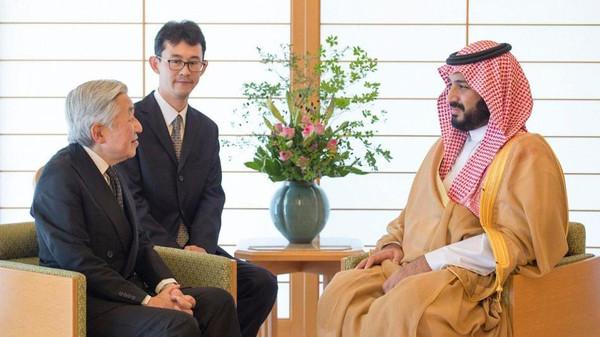 ولي العهد السعودي الأمير محمد بن سلمان مع إمبراطور اليابان أكيهيتو بلقاء سابق