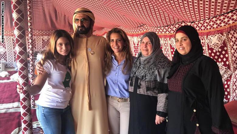 الشيخ محمد بن راشد وزوجته الأميرة هيا بنت الحسين مع أسرة الطيار الأردني معاذ الكساسبة