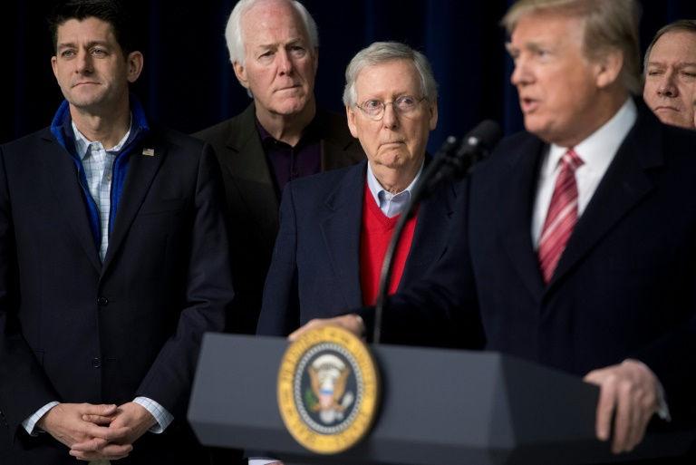 الرئيس الاميركي دونالد ترامب يتحدث والى جانب رئيس مجلس النواب بول راين (يسار) ورئيس مجلس الشيوخ ميتش ماكونيل