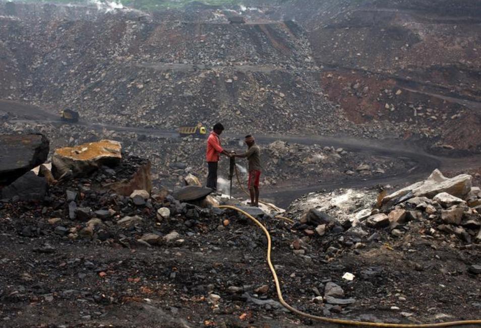 عمال يحفرون في حقل للفحم في منطقة دهانباد في ولاية جاركاند في شرق الهند.