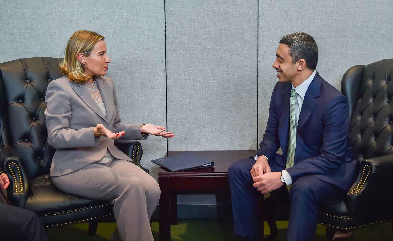 الشيخ عبدالله بن زايد يتحدث مع ممثلة الإتحاد الأوروبى