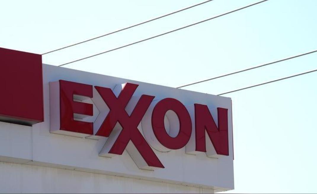 شعار شركة إكسون موبيل في إحدى محطات الوقود في ولاية كولورادو الأمريكية