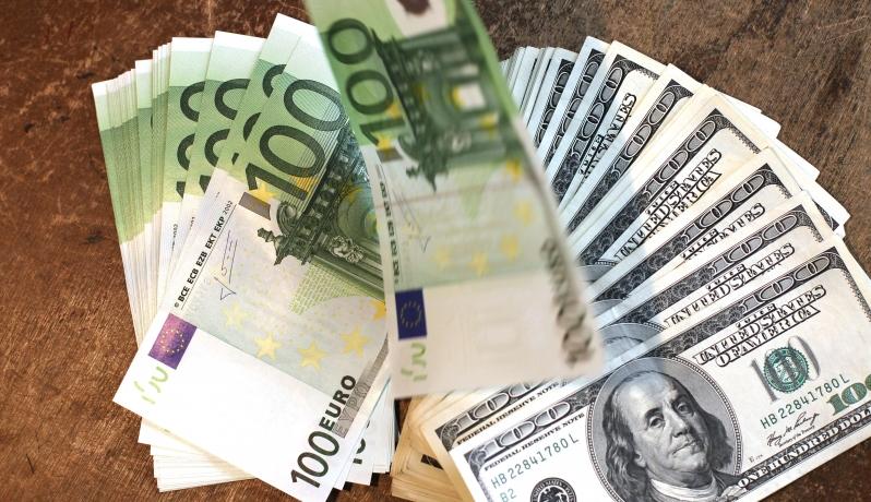 اليورو يرتفع مع انخفاض الدولار بفعل صعود للأسهم