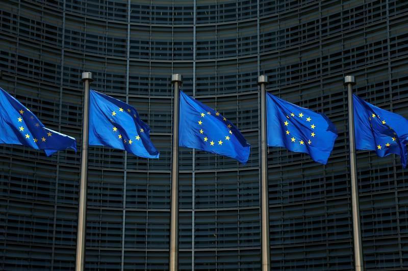 أعلام الاتحاد الأوروبي امام مقر المفوضية الأوروبية في بروكسل