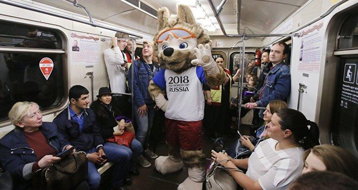 الذئب زابيفاكا تميمة كأس العالم 2018 في مترو موسكو