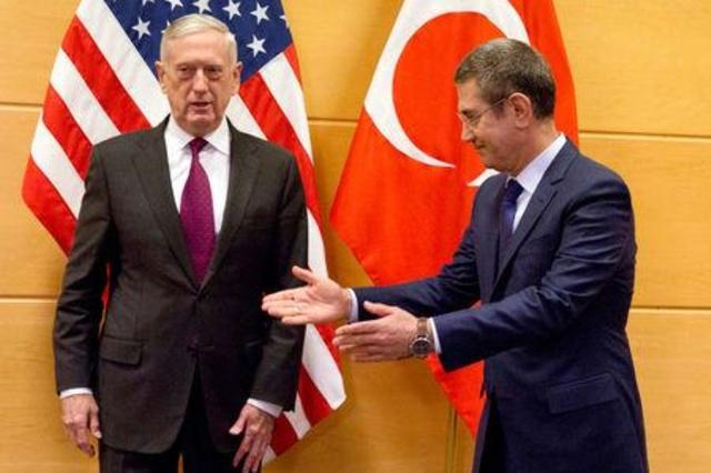 وزير الدفاع الأمريكي جيم ماتيس مع نظيره التركي