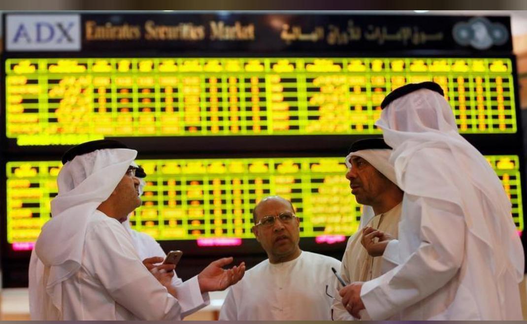 متعاملون أثناء التداول في بورصة أبو ظبي