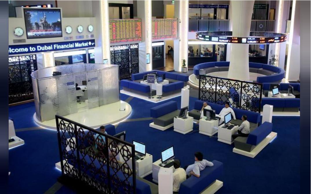 شاشات تعرض أسعار الأسهم في سوق دبي المالي في دبي بالإمارات.
