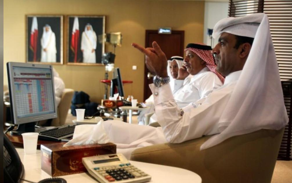متعاملون أثناء التداول في بورصة قطر بالدوحة