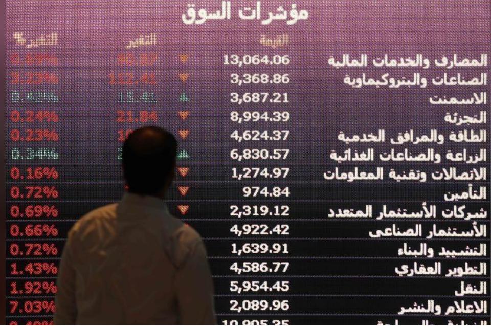 لوحة إلكترونية تعرض أسعار أسهم بالبورصة السعودية في الرياض