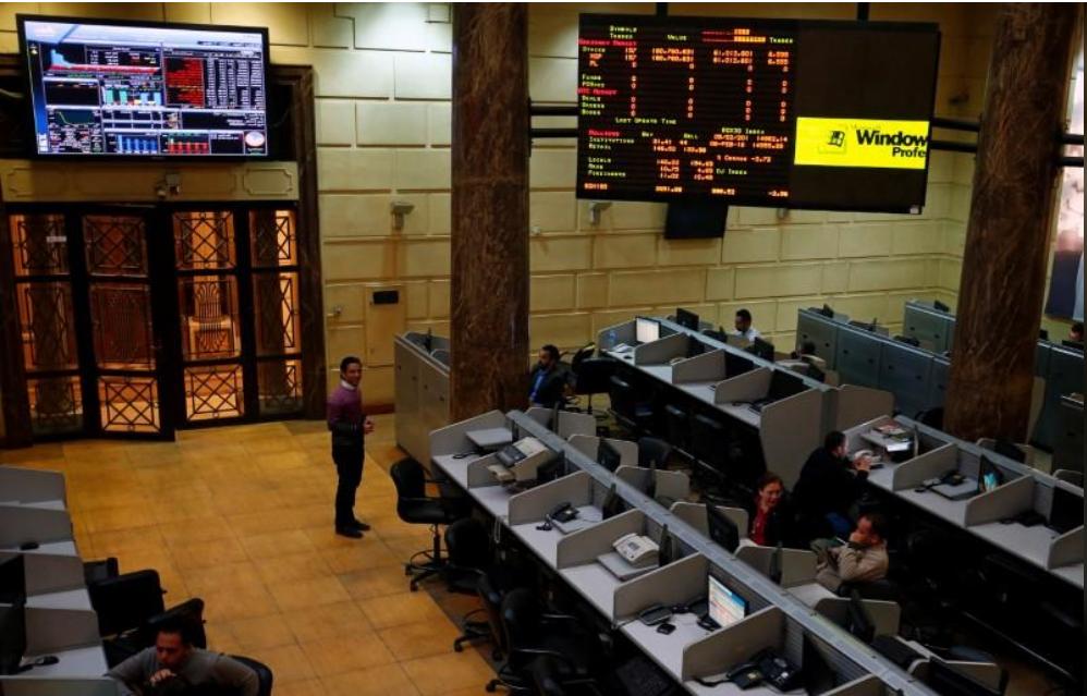 متعاملون أثناء التعامل في البورصة المصرية في القاهرة