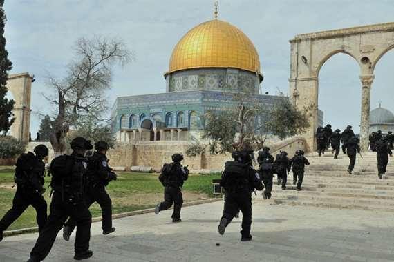 قوات الأمن تقتحسم المسجد الأقصي المبارك