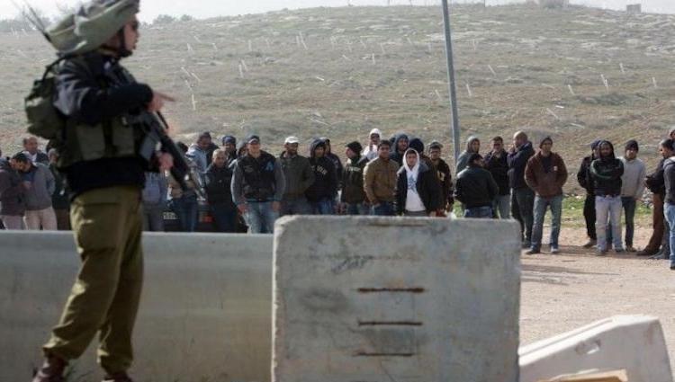 الاحتلال الاسرائيلي يمنع المئات من الفلسطينيين الي عملهم