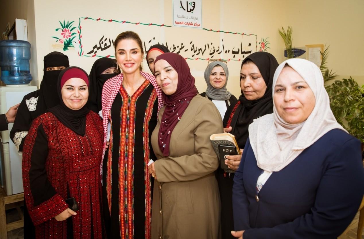 الملكة رانيا العبدالله مع المتواجدين في مبادرة تمكين الأُسَر محدودة الدخل