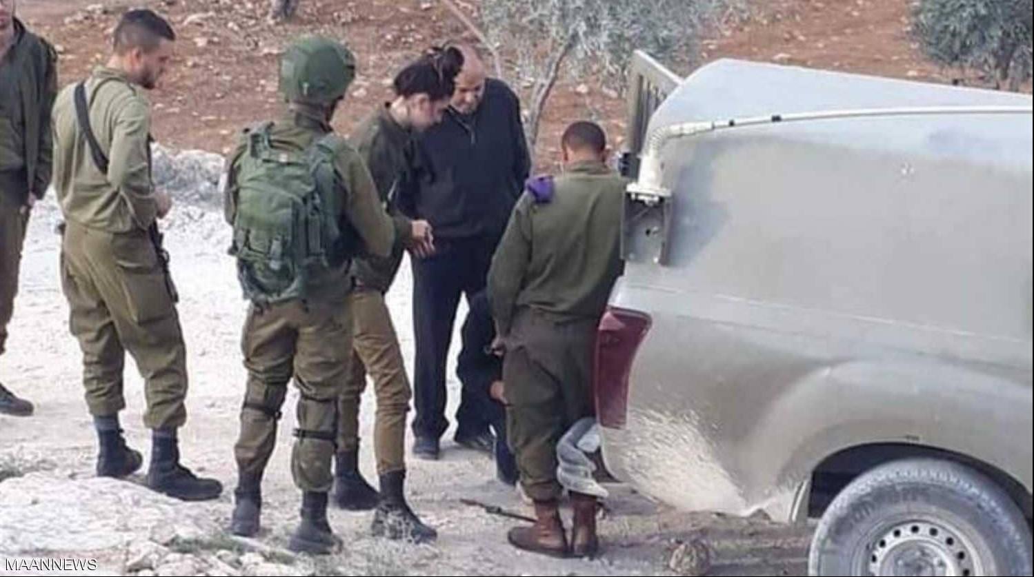أحمد أبو الرب خلال مساعدة جنود الاحتلال