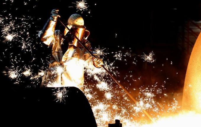 عامل في مصنع للصلب بألمانيا