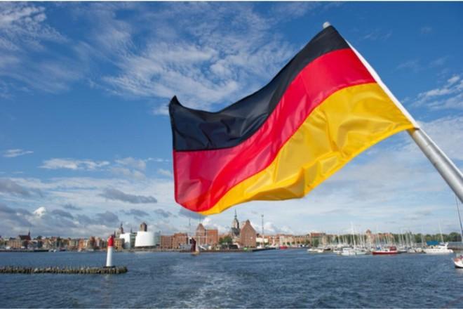 مدينة ألمانية وعلم الدولة