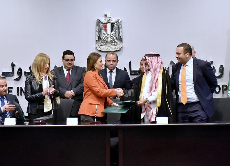 وزيرة الاستثمار والتعاون الدولي خلال توقيع الاتفاقيتين