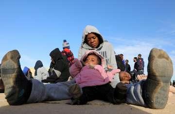 طفل تم انقاذه من أحد القوارب الغارقة - رويترز