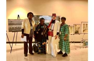 الدكتورة هناء وهبه مع بعض الفنانين المشاركين بمعرض مجلس قيادة المرأة العربية الأفريقية الأمريكية