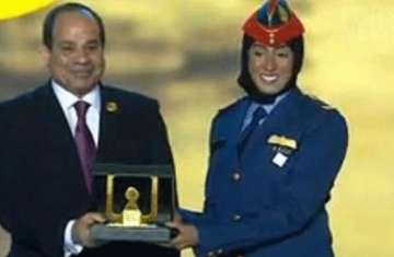 الرئيس المصري يكرم مريم المنصوري أول ماتلة بالقوات المسلحة الإماراتية
