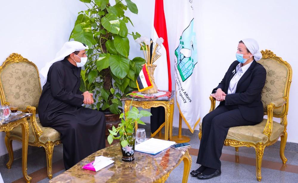 وزيرة البيئة المصرية خلال لقائها بمسؤولي شركة بيئة الإماراتية