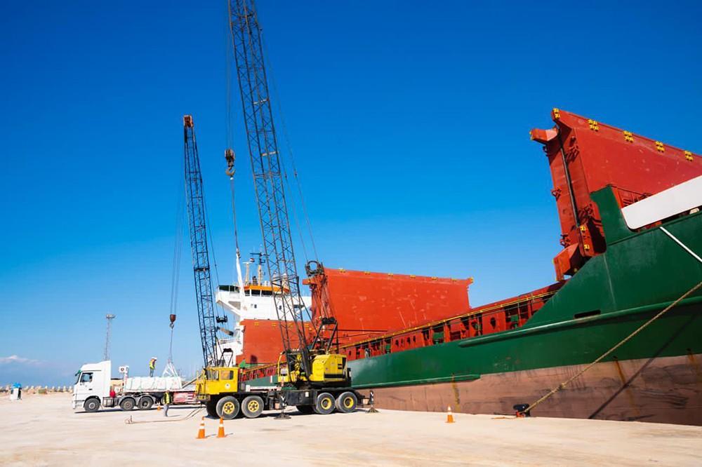 السفينة أورانوس أثناء عمليات الشحن