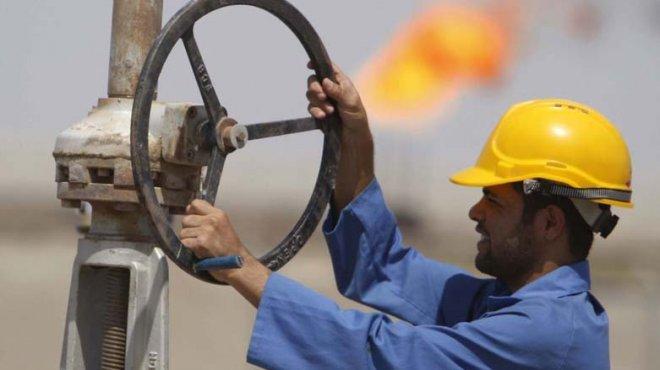 عامل بحقل نفط في البصرة بجنوب العراق
