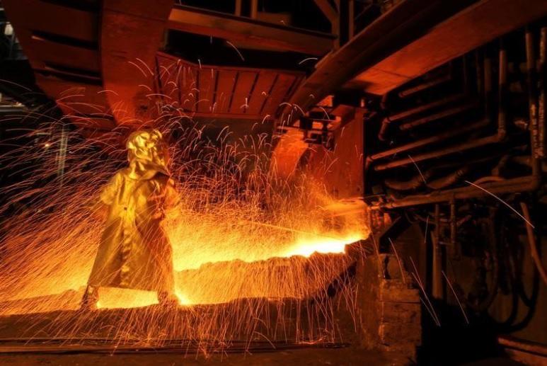 عامل في مصنع لاستخراج خام النيكل في اندونيسيا