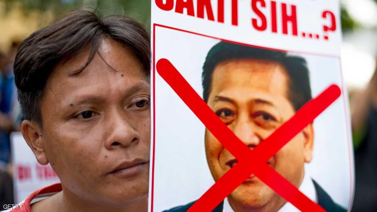 اندونيسي يحمل صورة تندد بستيا نوفانتو