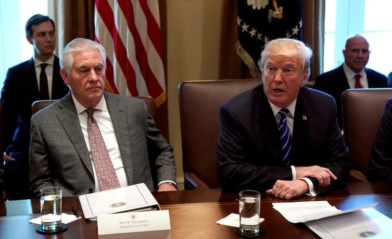 الرئيس الأمريكي دونالد ترامب ووزير الخارجية ريكس تيلرسون في اجتماع لأعضاء الحكومة الأمريكية في البيت الأبيض في واشنطن يوم الاثنين (تصوير رويترز)