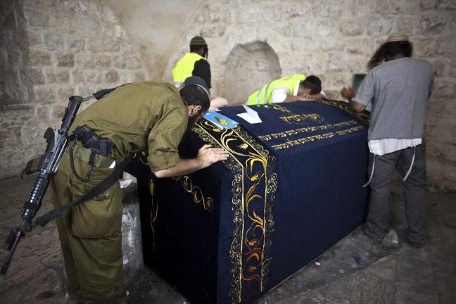 مستوطنون يقتحمون قبر النبي يوسف في نابلس