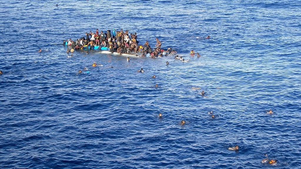 قارب يقل مهاجرين يتعرض للغرق
