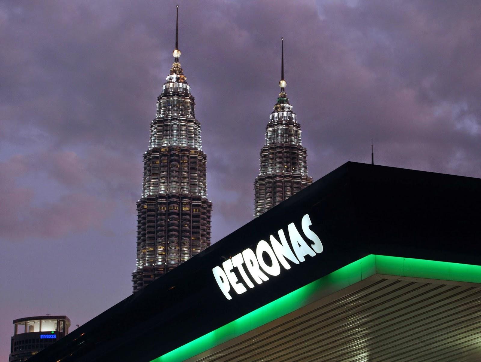 شعار شركة البترول الوطنية الماليزية بتروناس على إحدى محطاتها للوقود في كوالالمبور بماليزيا
