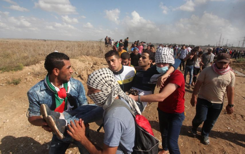 شباب فلسطيني يحملون مصابا من عدوان الاحتلال الاسرائيلي (أرشيفية)