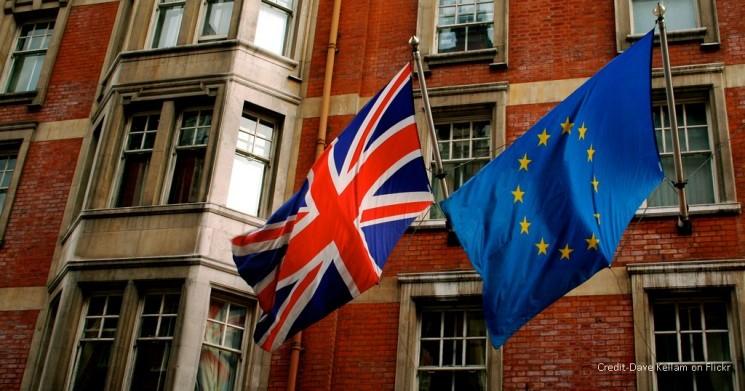 علم بريطانيا بجانب علم الاتحاد الاروبي