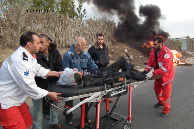 جرحى بنقلهم الهلال الأحمر الفلسطيني