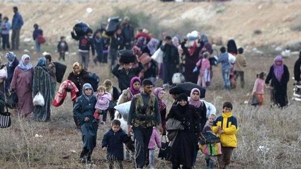 لاجئون يعبرون الحدود صورة أرشيفية