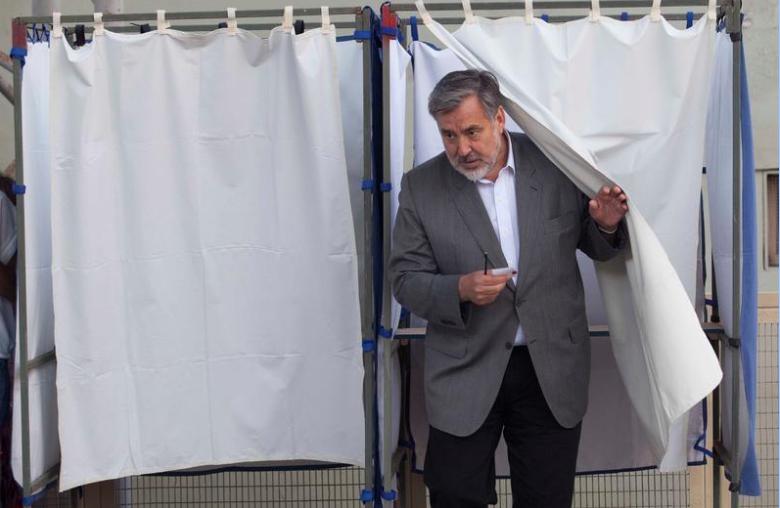 مرشح الرئاسة اليخاندرو جيليير بعد الادلاء بصوته في انتخابات الرئاسة في تشيلي