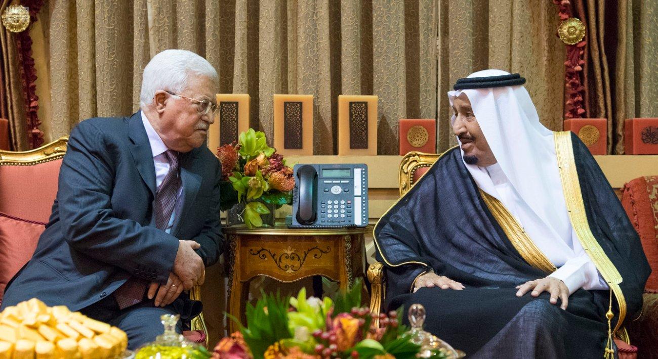 جانب من لقاء العاهل السعودي والرئيس الفلسطيني