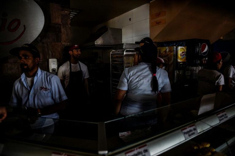 عمال في مطعم للوجبات