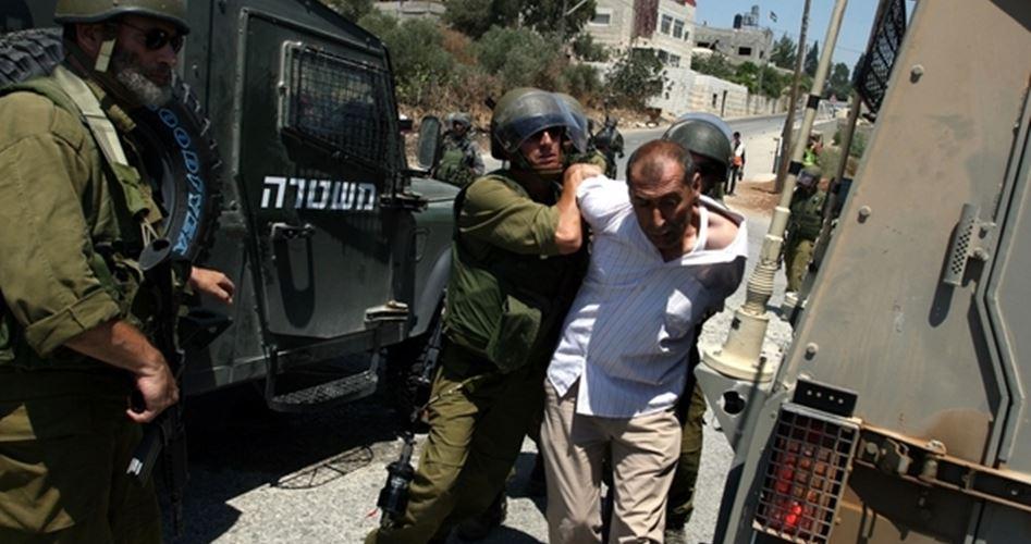جنود الاحتلال يقتادون رب الأسرة