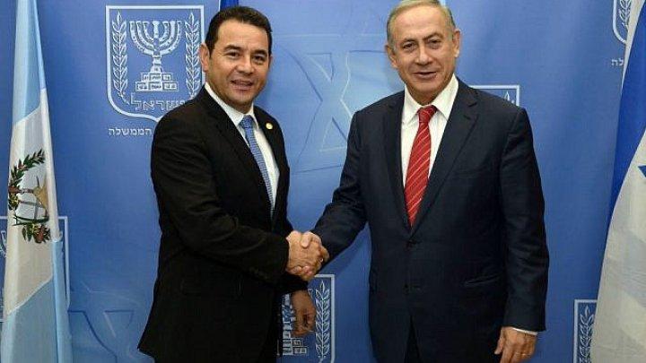 رئيس جواتيمالا يصافح نتانياهو وخلفهما شارة
